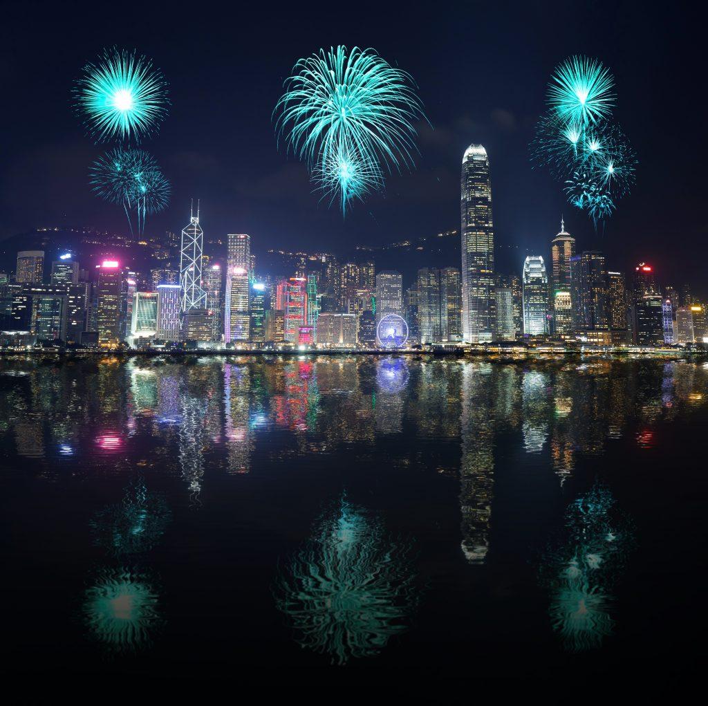 De leukste plekken om Nieuwjaar te vieren,Hong Kong city with water reflection, Travel Bricks