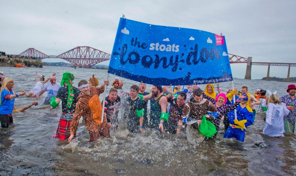 Queensferry Loony Dook The Forth rivier, Travel Bricks
